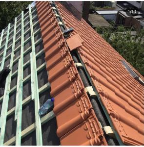Pose de tuiles pour installation d'une toiture